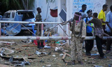 Des forces de sécurité somaliennes sur les lieux d'une attaque shebab contre deux restaurants,