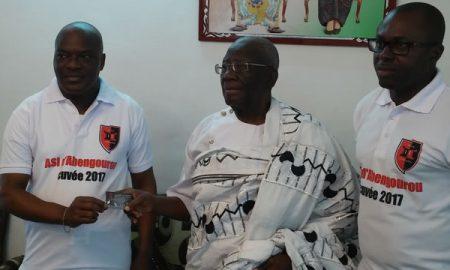 Le roi de l'Indénié, Nanan Boa Kouassi III (au centre), recevant sa carte de supporter de l'ASI des mains du président du club, Bernard Adou N'gouan