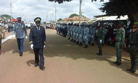 Le secrétaire général 1 de préfecture de Bouaflé passant en revue les troupes militaire et policière du département