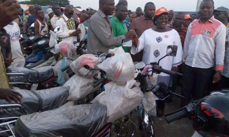 La ministre Anna Désirée Ouloto remettant les motos aux secrétaires départementaux.