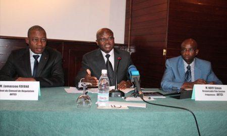 Le PCA de l'ARTCI, Lemassou Fofana (à gauche) et le DG Bilé Diémééou (au centre)