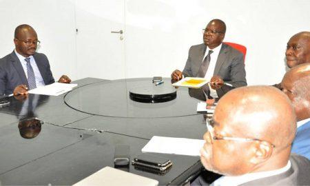 Amédé Kouakou présidant la réunion de cabinet au Postel 2001.