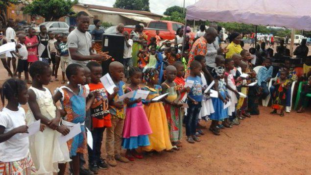 Les élèves des cours de vacances reçoivent des bons d'achat scolaire