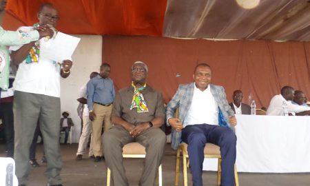 Les deux candidats assis, Jean Claude Kouassi (à droite) et Djibo Youssouf (à gauche), présentés par Fanny Ibrahima au palais du carnaval de Bouaké
