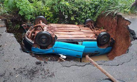 Soubré-Un véhicule chute dans un trou béant en pleine chaussée