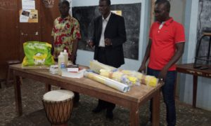 Le comité de gestion (COGES) du lycée moderne Gaston Ouassenan de Katiola a offert lundi du matériel didactique aux enseignants de l'établissement
