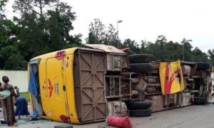 bus-car-CTE-renversé-après-le-choc-Yamoussoukro-accident