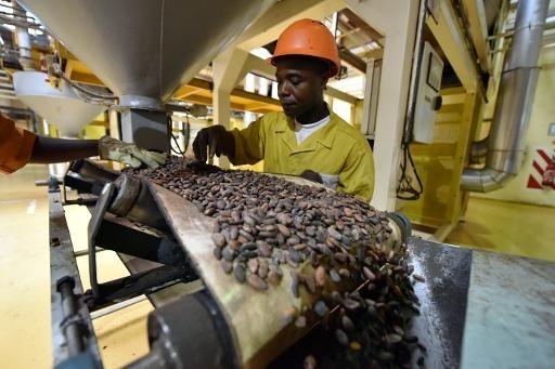 Un-employe-chocolaterie-CEMOI-Abidjan-25-mai-2013-usine-transformation-industrie-cacao