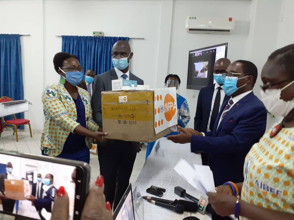 Le Fonds des Nations unies pour la population équipe le personnel soignant contre la Covid-19 en Côte d'Ivoire