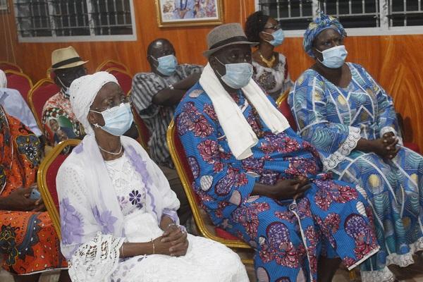 De notables de Zoukoukpeu accompagnés par Bakayoko-Ly Ramata pleurent Gon Coulibaly