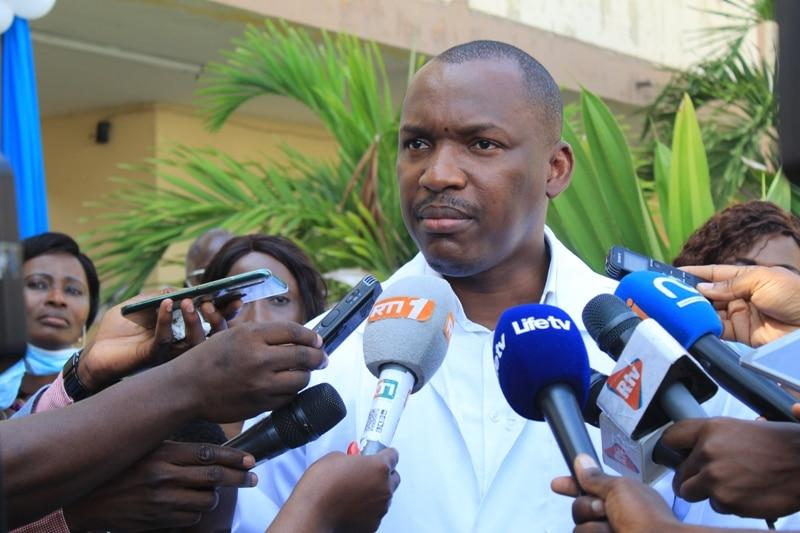 Mamadou Touré s'engage à parrainer des activités sportives pour des élèves d'un collège à Abidjan