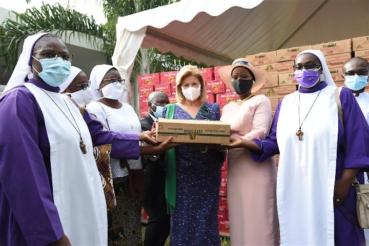 Dominique Ouattara apporte son aide aux familles démunies chrétiennes