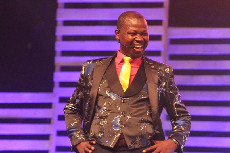 L'humoriste Agalawal démasque l'avatar Chris Yapi dans un époustouflant show à Abidjan