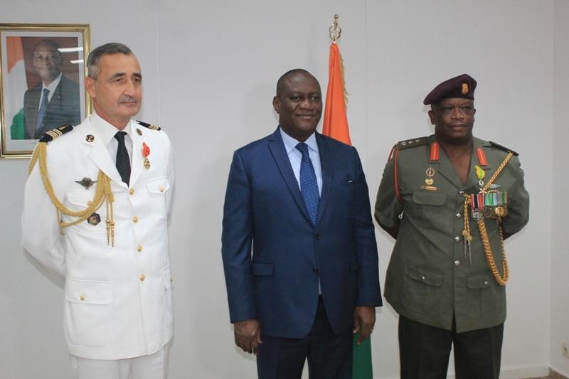 les attachés de défense de la France et de l'Afrique du Sud décorés